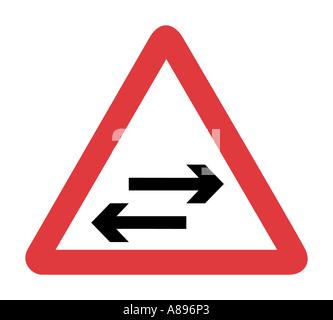 Zwei Verkehr Weg Straßenschild auf weißem Hintergrund - Stockfoto