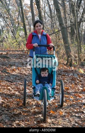 Dreiunddreißig Wandern (33)-Jahre alte hispano-amerikanischen Mutter Natur geht mit 14 Monate alten Sohn - Stockfoto