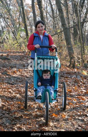 Dreiunddreißig Wandern (33) Jahr alten Hispanic dreiunddreißig 33 jährige hispano-amerikanischen Mutter geht auf - Stockfoto