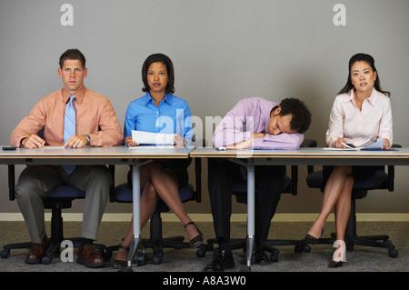 Geschäftsmann schlafen während einer Besprechung - Stockfoto