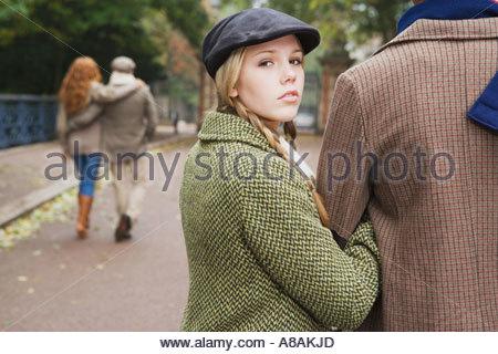 Vier Freunde, die zu Fuß durch den park - Stockfoto