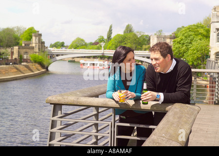 Junge Paare, die haben mittags trinken im riverside Café Restaurant in York City Centre UK - Stockfoto