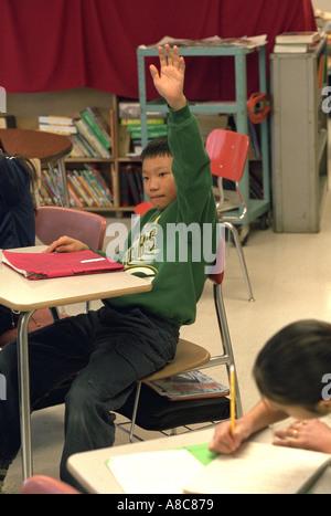 Schüler: 12 hob seine Hand in ESL Schulklasse. Golden Valley, Minnesota USA - Stockfoto
