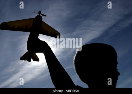 7 Jahre alten Sohn spielen mit einem Spielzeug Flugzeug - Stockfoto