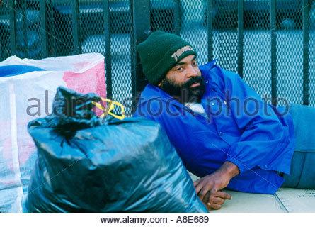 Obdachlosen Afroamerikaner männlichen in Gasse wartet Suppenküche ...