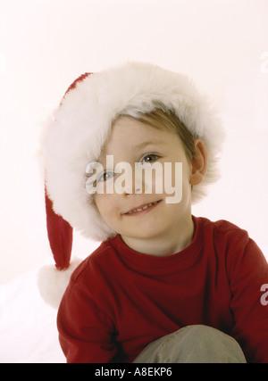Porträt eines jungen Mannes in eine Weihnachtsmütze - Stockfoto