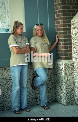 Minnesota State fair Arbeitnehmer im Alter zwischen 17 unter einer Zigarettenpause. St Paul Minnesota USA - Stockfoto