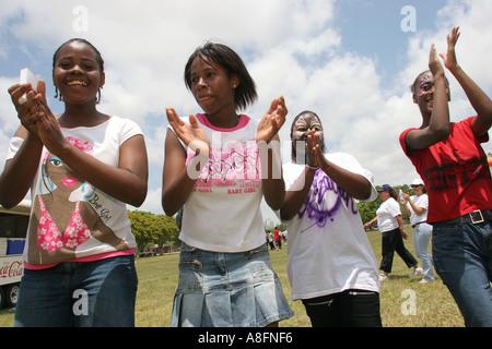Miami Florida Tropical Park DFYIT Familie Picknick Black Teen Studentinnen klatschte Line-Dance lächelnd Spaß - Stockfoto