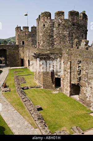 Die Vorburg mit walisische Flagge Conwy Castle Conwy Wales UK - Stockfoto