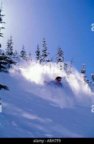 Mann Ski Tiefschnee im Sonnenschein - Stockfoto