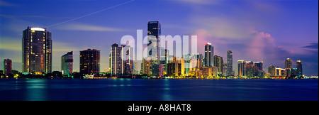 Lichter im Highrise Büro- und Wohngebäuden Linie Brickell Avenue, wie Dämmerung Licht auf Biscayne Bay Miami Florida - Stockfoto