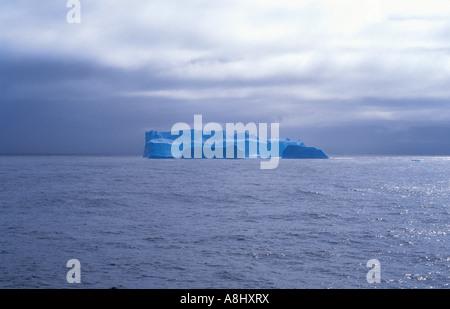 Blaue Eisberg auf See im südlichen Ozean, Antarktis - Stockfoto