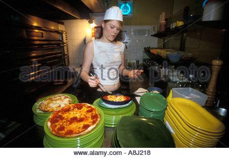 19 Jahre alten Mädchen arbeiten in einer Pizzeria während ihrer Auszeit vor dem College UK - Stockfoto