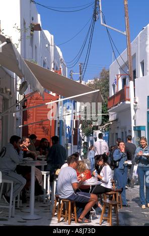 Griechenland-Mykonos-Touristen im Cafe - Stockfoto