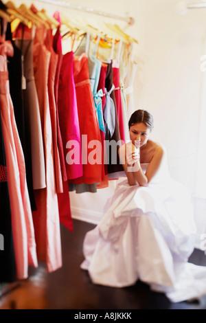 Junge Frau sitzt in einem Geschäft und ernst - Stockfoto