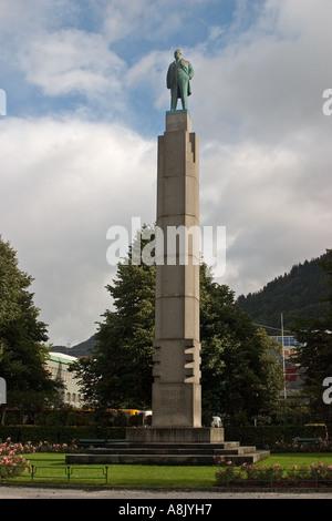 Statue von Christian Michelsen auf hohen Sockel von Gustav Vigeland in Festplassen Bergen Norwegen - Stockfoto
