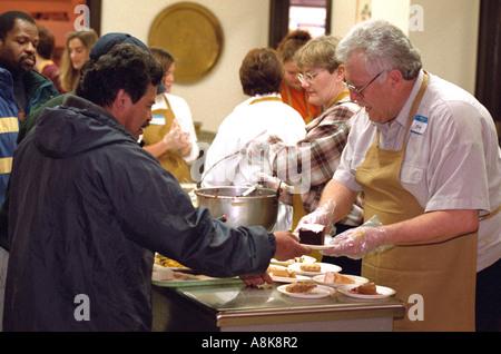 Freiwilligen Austausch Wohltätigkeitsorganisationen Erntedankessen Suppenküche. Minneapolis Minnesota USA - Stockfoto