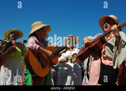 Die Einheimischen spielen traditionelle Musik während er Fiestas fundacionales (San Juan) in Las Palmas, die Hauptstadt - Stockfoto