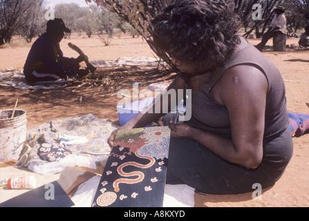 Aborigines Frau Künstler Zentralaustraliens - Stockfoto
