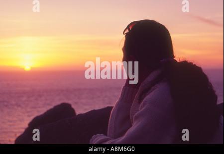 Sonnenuntergang über dem Atlantik Land s End Cornwall Großbritannien anzeigen - Stockfoto