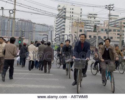 China Peking Arbeiter mit dem Rad zur Arbeit in den Morgen - Stockfoto