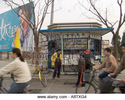 Zeitungen und Zeitschriften Kiosk Peking China - Stockfoto