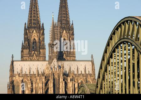 Deutschland, Nordrhein-Westfalen, Köln, Blick auf den Kölner Dom und die Hohenzollernbrücke - Stockfoto