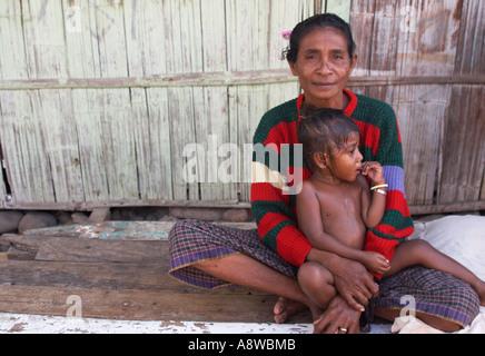 Lokalen indonesischen Frau mit Kind - Stockfoto