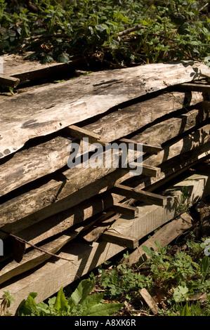 Planken aus Schnittholz Eiche gestapelt außerhalb, natürlich im Jahr Saison - Stockfoto
