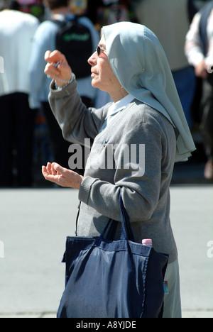Nonne gekleidet in blau mit einer Shopping-Tasche. Pisa-Toskana-Italien-EU-EU - Stockfoto