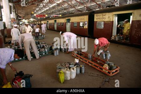 Indien Maharashtra Mumbai Bombay CTT Victoria Kopfbahnhof Dhaba Lunch-Boxen - Stockfoto