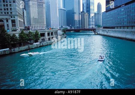 Boote auf dem Chicago River in der Innenstadt von Chicago Illinois - Stockfoto