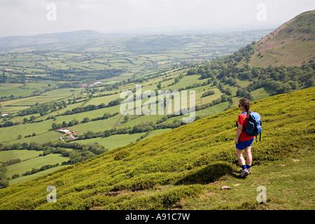 Person betrachten von Offa s Dyke Fußweg in der Nähe von Llanthony Black Mountains Wales UK - Stockfoto
