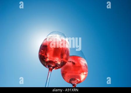 Sonnenlicht durch zwei Gläser rose Wein - Stockfoto