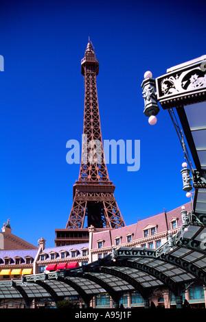Hotel Paris und den Eiffelturm auf dem Strip (Las Vegas Boulevard) in Las Vegas Nevada, Vereinigte Staaten von Amerika - Stockfoto
