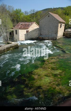 Wassermühle an der Spitze der Skradinski Buk Wasserfälle, Nationalpark Krka, Kroatien - Stockfoto