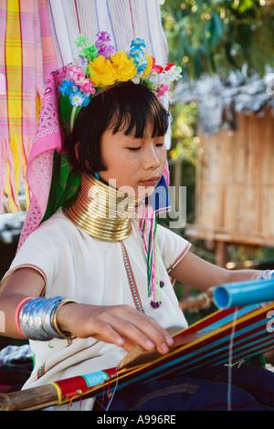 Paduang Frau von Nord-Thailand bunte Tücher zu weben. Die Paduang gemeinhin als der lange Hals oder manchmal die - Stockfoto