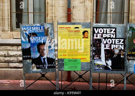 434 drei geschändeter Wahlplakate von einigen französischen Präsidentschaftskandidaten während ihrer Kampagne Büro - Stockfoto