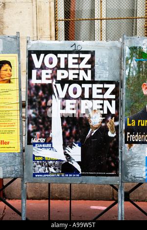 435 ein geschändeter Wahlplakate von einigen französischen Präsidentschaftskandidaten während ihrer Kampagne zu - Stockfoto