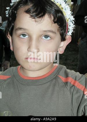 Fünf Jahre alten Jungen mit Krone auf Geburtstagsparty - Stockfoto