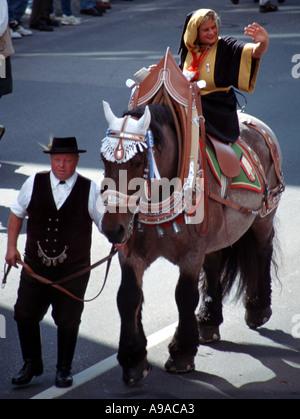 Die Muenchner Kindl ursprünglich ein Mönch in einer Prozession auf dem Oktoberfest in München Bayern Deutschland - Stockfoto