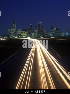 LICHT-TRAILS ON HIGHWAY DOWNTOWN SKYLINE HOUSTON TX USA - Stockfoto