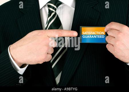 Business-Mann ein Verkaufsabschluss auf eine Befriedigung garantiert Abzeichen - Stockfoto