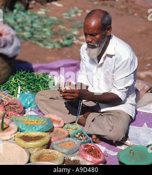 Gewürz-Verkäufer in Mapusa Markt, Nord-Goa, Goa, Indien - Stockfoto