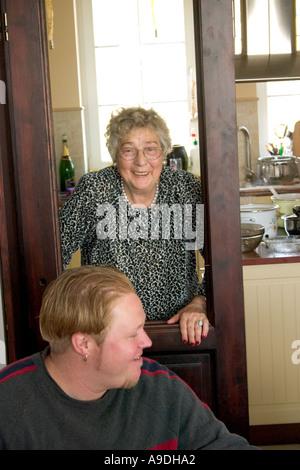 Polnischen Großmutter und Enkel genießt einen Moment zusammen. Zawady Polen - Stockfoto