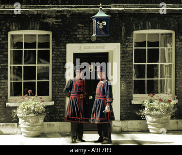 GB - LONDON: Beefeaters am Tower of London - Stockfoto