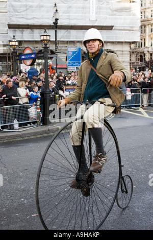 Mann mit dem Hochrad Oldtimer Fahrrad am Londoner New Year es Day Parade 2007 (Vereinigtes Königreich). - Stockfoto