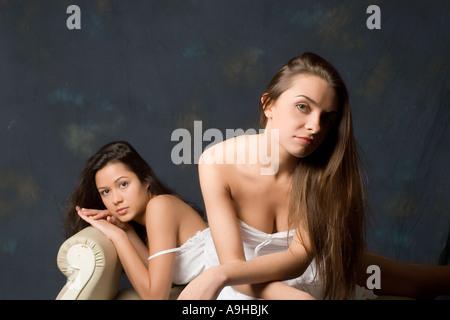 zwei Brünette weiblichen Models in weißer Baumwolle Kleider - Stockfoto
