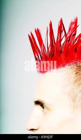 Seitenansicht des Punk-Rocker mit roten Irokesenschnitt - Stockfoto
