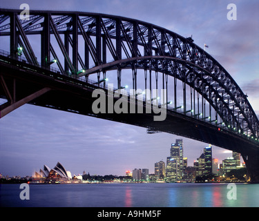 AU - NEW SOUTH WALES: Sydney Harbour Bridge und Stadt bei Nacht - Stockfoto